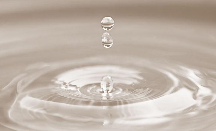 Wassertropfen verursachen ringförmige Wellen